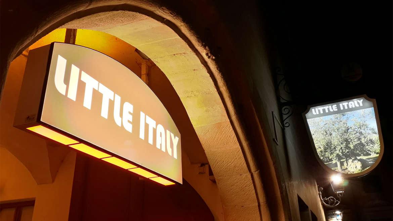 "Beschriftung der Leuchtreklame im ""Little Italy"""